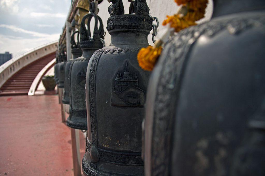 Campanas en el templo golden mountain Bangkok